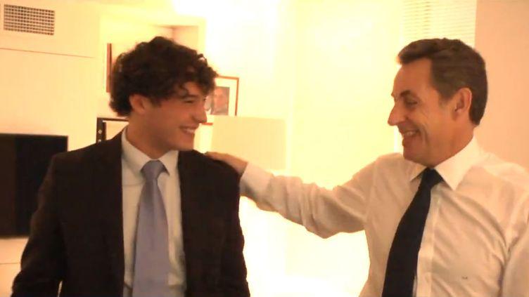 Capture d'écran de la vidéo mise en ligne le 13 décembre 2014 sur le compte Facebook de Nicolas Sarkozyracontant le cadeau fait à son millionième fan. (FACEBOOK)