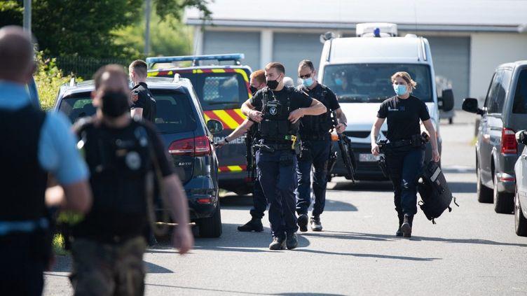 Des gendarmes se préparent à quitter le poste de commandement pour partir à la recherche de Terry Dupin, le 30 mai 2021 à La Bachellerie (Dordogne). (ROMAIN LONGIERAS / HANS LUCAS)