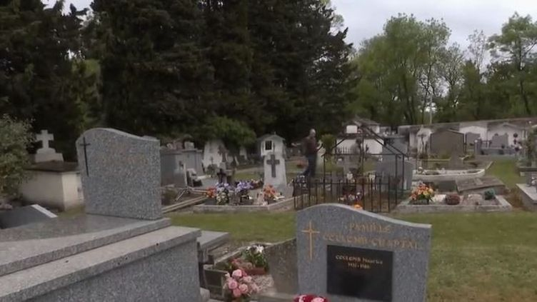 Dans le Gard, à Saint-Julien-de-Cassagnas, un cimetière a été profané durant le week-end pascal. Une soixantaine de croix ont été brisées ou renversées. (FRANCE 2)