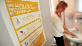 Les gestes simples pour limiter les risques de transmission (illustration). (PHOTO PQR / LE TELEGRAMME / MAXPPP)