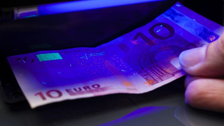 Illustration :un détecteur de faux billet de 10 euros (THOMAS VOGEL / E+ / GETTY IMAGES)
