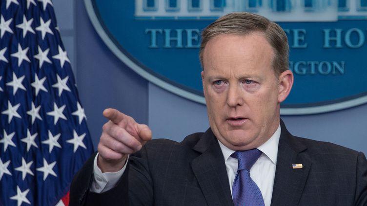 Sean Spicer, porte-parole de la Maison Blanche, lors de son rendez-vous quotidien avec la presse, à la Maison Blanche, le 13 mars 2017. (NICHOLAS KAMM / AFP)