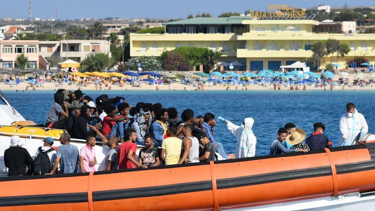 Des migrants arrivant sur l'île italienne de Lampedusa, le 1 août 2020 (photo d'illustration). (ALBERTO PIZZOLI / AFP)