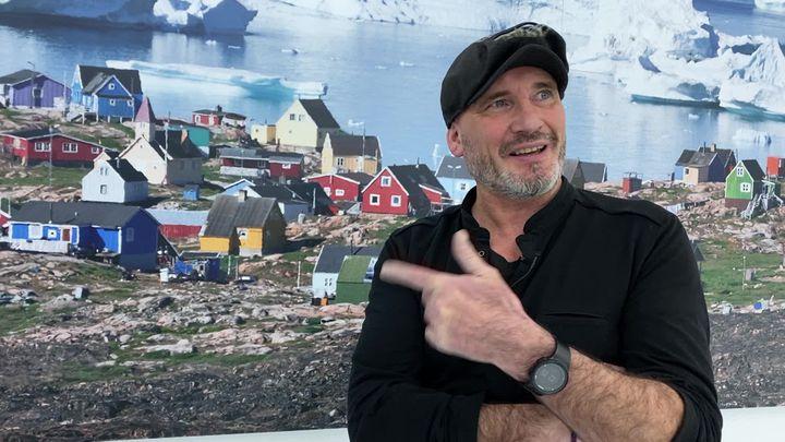 Pascal Bejeannin devant une photo du Groenland à l'Espace des mondes polaires. (F. Razy)