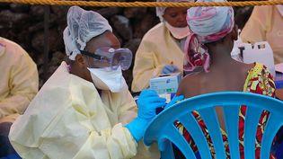 Une infirmère administre un traitement contre le virus Ebola à Goma (République démocratique du Congo), le 7 août 2019. (AUGUSTIN WAMENYA / AFP)