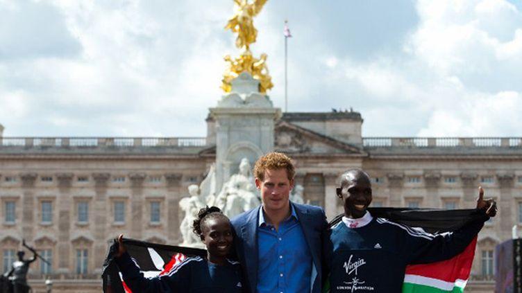 Le Prince Harry devant Buckingham Palace avec Mary Keitany et Wilson Kipsang, vainqueurs du marathon de Londres