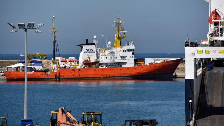 """Le navire humanitaire """"Aquarius"""", le 30 juin, lors d'une escale technique au port de Marseille. (GERARD BOTTINO / CROWDSPARK / AFP)"""