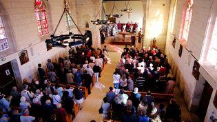 Des paroissiens assistent à la messe de réouverture de l'églis de Saint-Etienne-du-Rouvray (Seine-Maritime), le 2 octobre 2016. (CHARLY TRIBALLEAU / AFP)