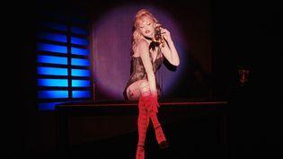 La comédienne et chanteuse française Arielle Dombasle se produit sur la scène du Crazy Horse, le 11 février 2007 à Paris. (MARTIN BUREAU / AFP)
