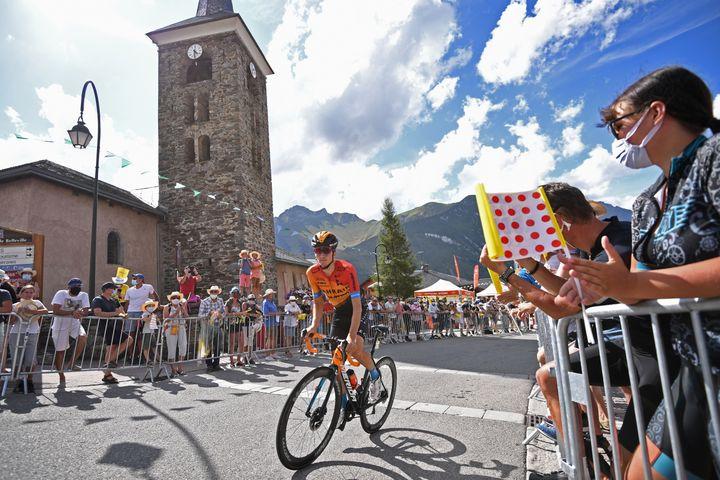 Des spectateurs masqués assistent au passage du Critérium du Dauphiné, lors de l'étape entre Corenc (Isère) et Saint-Martin-de-Belleville (Savoie), le 14 août 2020. (ANNE-CHRISTINE POUJOULAT / AFP)