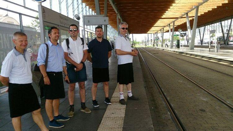 Les chauffeurs de la SEMITAN, sociétés de transports de l'agglomération nantaise, ont enfilé des jupes, mercredi 21 juin pour réclamer le droit de porter des vêtements légers en période de canicule. (Photo CFDT)