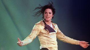 Michael Jackson sur scène en juillet 1996.  (FRANCIS Sylvain / AFP)