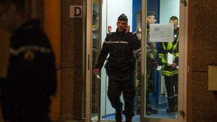 Les forces de l'ordre quittent le collègedes Trois pays à Hégenheim (Haut-Rhin), le 16 novembre 2015. (SEBASTIEN BOZON / AFP)