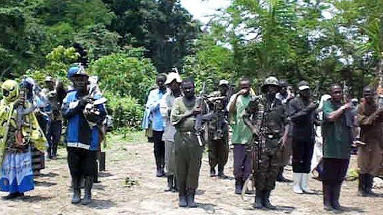 Cérémonie de prise d'arme au quartier général de Medina, dans le parc national des Virunga. Des femmes et des hommes sont recrutés à coups de dollars pour «revivifier la foi islamique». (Photo/Nicaise Kibel'bel)