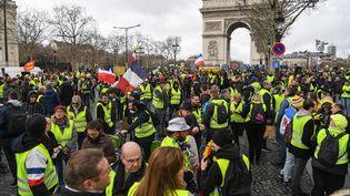 """Des """"gilets jaunes"""" réunis près de l'Arc de triomphe à Paris le 2 mars 2019. (ERIC FEFERBERG / AFP)"""