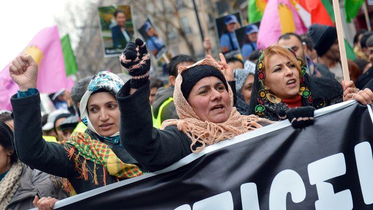 Des milliers de manifestants défilent, samedi 12 janvier 2013 à Paris, pour réclamer la lumière sur le triple assassinat de militantes kurdes du PKK. (MIGUEL MEDINA / AFP)