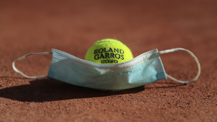 Le Covid-19 vient une nouvelle fois perturber l'organisation du tournoi de tennis de Roland-Garros. (STEPHANE ALLAMAN / AFP)