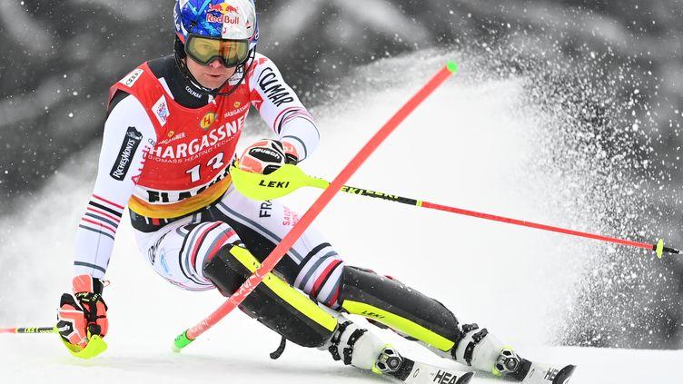 Alexis Pinturault a réalisé une belle opération lors du slalom de Flachau, dimanche 17 janvier 2021. (JOE KLAMAR / AFP)