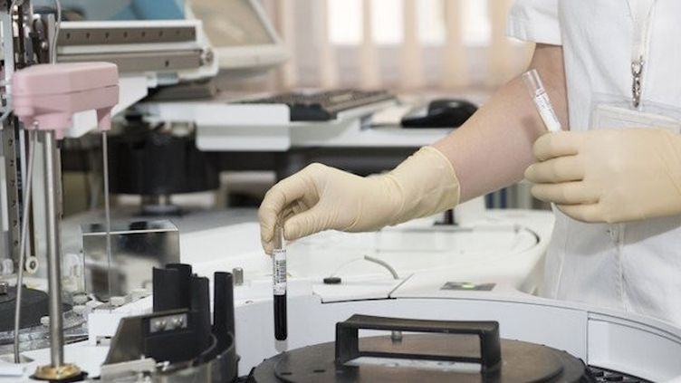 """L'arrêt des financements publics va """"ralentir les traitements contre le cancer, le sida, la démence"""""""