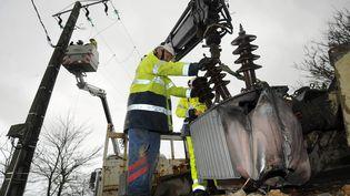 Des équipes d'ERDF Bretagne réparent le réseau électrique touché par la tempête Joachim, le 16 décembre 2011 à Pont-Croix (Finistère). (JÉRÔME FOUQUET / OUEST FRANCE / MAXPPP)