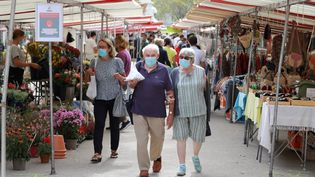 Sur un marché à Paris, le 27 août 2020. (LUDOVIC MARIN / AFP)
