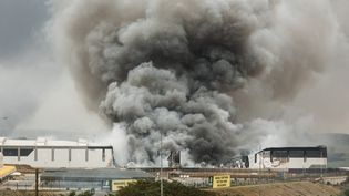 Un épais nuage de fumée àUmhlanga, au nord de Durban (Afrique du Sud), le 13 juillet 2021. (RAJESH JANTILAL / AFP)
