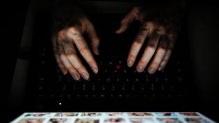 Des mains sur un clavier d'ordinateur. Photo d'illustration. (PIERRE DESTRADE / MAXPPP)