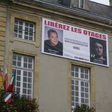Les portraits de Didier François et Edouard Elias affichés sur la mairie de Bayeux (Chrystel Chabert)