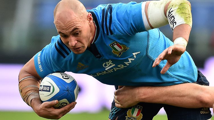 Le rugbyman italien Sergio Parisse lors du match face à l'Irlande, le 7 février 2015 à Rome (Italie), dans le cadre du Tournoi des six nations. (GABRIEL BOUYS / AFP)