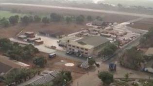 L'armée française doit prochainement mettre en place un hôpital de campagne pour aider dans la crise sanitaire que traverse le pays. La journaliste Ambrine Bdida est en direct de Mulhouse (Haut-Rhin) pour faire le point sur la situation. (FRANCE 2)