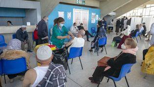 Des personnesattendent de recevoir une dose de vaccin anti-Covid-19 à l'hôpital El-Menzah de Tunis, en Tunisie, le 8 avril 2021. (YASSINE GAIDI / ANADOLU AGENCY)
