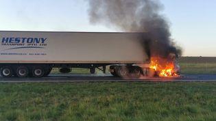 Un camion en flamme sur une route nationale d'Afrique du Sud, le 25 novembre 2020, lors d'une manifestation de conducteurs. (EWN Traffic)