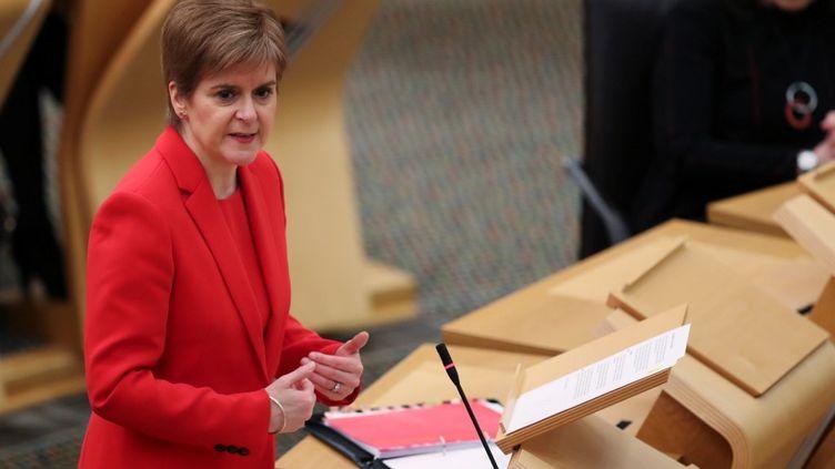 La Première ministre Nicola Sturgeon au Parlement écossais, à Edimbourg (Royaume-Uni), le 22 décembre 2020. (RUSSELL CHEYNE / POOL)