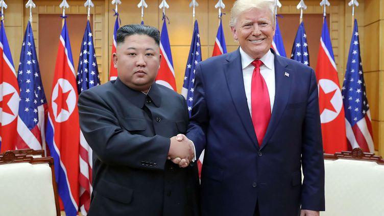 Le dirigeant nord-coréen Kim Jong-Un et le président américain Donald Trump à Panmunjom en Corée du Sud en juin 2019. (AP/SIPA / AP)