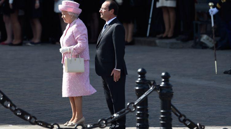 Elizabeth II et François Hollande sous l'Arc de Triomphe,devant la tombe du soldat inconnu, à Paris. (ERIC FEFERBERG / AFP)