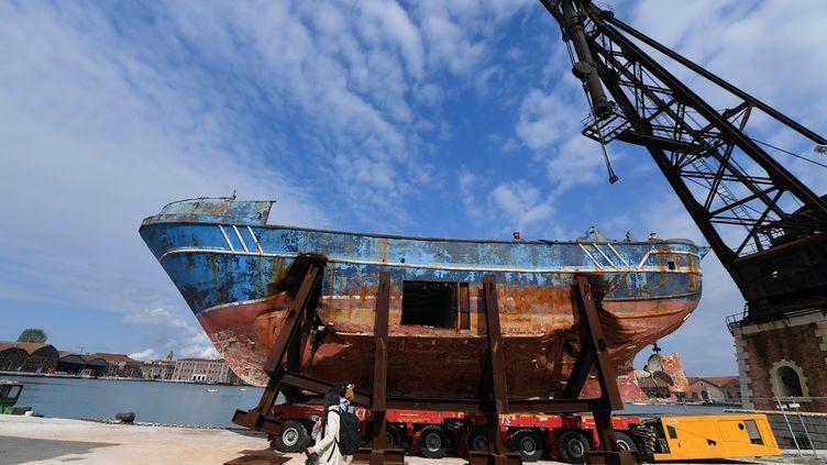 L'épave du pire naufrage de migrants en Méditerranée, en avril 2015, exposée à la Biennale d'art contemporain de Venise du11 mai au 24 novembre. 2019. (TIZIANA FABI / AFP)