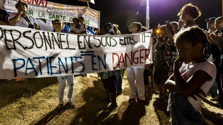 Les personnels de santé de l'hôpital de Cayenne participent à un rassemblement de protestation lors d'un blocus le 29 mars 2017. (JODY AMIET / AFP)