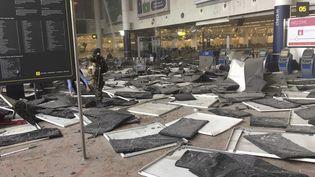Le hall des départs de l'aéroport de Bruxelles soufflé par l'explosion de bombes, le 22 mars 2016. (REUTERS)