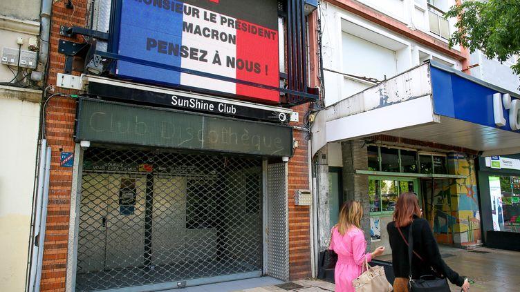 Les propriétaires d'une boîte de nuit de Valence (Drôme) ont interpellé Emmanuel Macron en diffusant un message à son adresse sur la façade de leur établissement, le 8 juin 2021. (NICOLAS GUYONNET / HANS LUCAS / AFP)