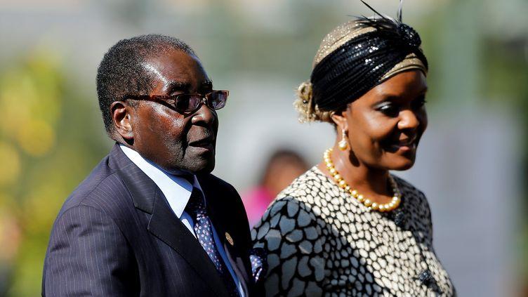 Le président du Zimbabwe, Robert Mugabe, et son épouse Grace, à Prétoria en Afrique du Sud, le 24 mai 2014. (SIPHIWE SIBEKO / AFP)