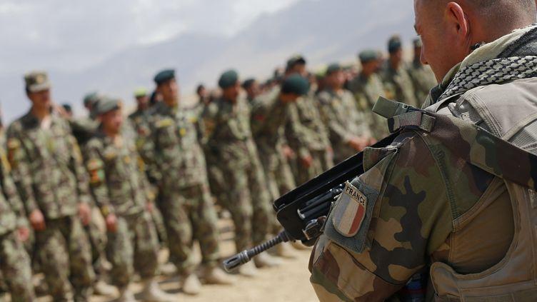 """Un membre de l'unité française """"Epidote"""", qui forme les futurs militaires de l'armée nationale afghane (ANA), le 12 août 2012 à Kaboul (Afghanistan). (ALEXANDER KLEIN / AFP)"""