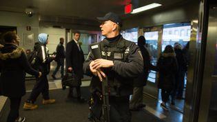 La police procède à l'évacuation du métro après une explosion dans le centre de Manhattan, à New York, le 11 décembre 2017. (BRYAN R. SMITH / AFP)