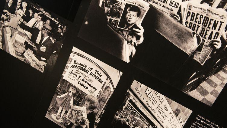 Des photos d'Américains lisant le journal après l'assassinat du présidentJohn F. Kennedy, lors d'une exposition en novembre 2013 à Washington (Etats-Unis). (BRENDAN SMIALOWSKI / AFP)
