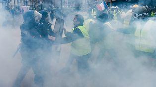 """Des manifestants font face aux forces de l'ordre aux abords des Champs-Elysées, à Paris, lors d'un rassemblement des """"gilets jaunes"""", le 1er décembre 2018. (LUCAS BARIOULET / AFP)"""