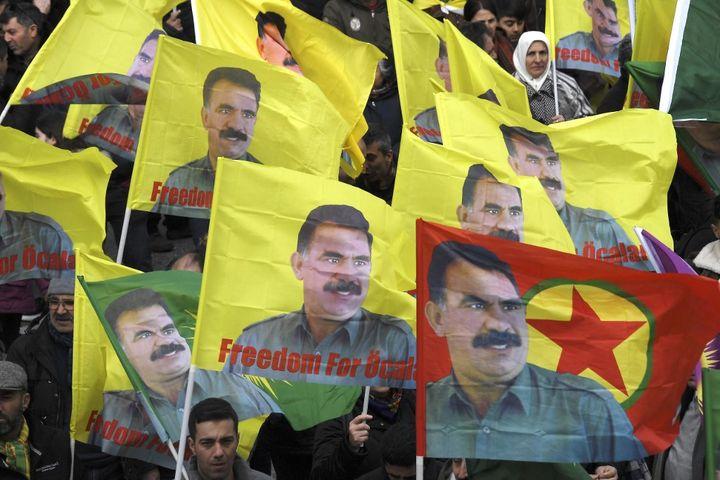Le 15 février 2020, des milliers de Kurdes manifestent à Strasbourg en France pour réclamer la libération du leader du PKK, Abdullah Öcalan. Condamné à la prison à vie, il est l'unique détenu de sa prison sur l'île d'Imrali, à 60 km au large d'Istanbul. (FREDERICK FLORIN / AFP)