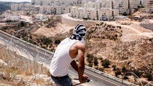 Un habitantde Bilin face à une colonie israélienne. (?YANN RENOULT/WOSTOK PRESS / MAXPPP)