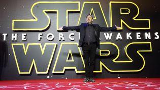 """L'acteur américain Mark Hamill pose sur le tapis rouge avant l'avant-première européenne du film """"Star Wars : Le Réveil de la Force"""", le 16 décembre 2015, à Londres (Royaume-Uni). (MIKE MARSLAND / WIREIMAGE / GETTY IMAGES)"""