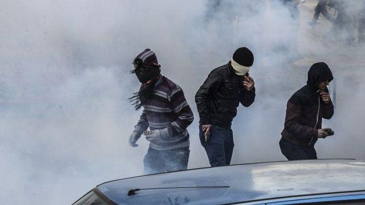 Des jeunes kurdes s'en prennent aux forces de l'ordre le 15 décembre 2015 à Duyarbakir dans le sud est de la Turquie. Ils protestent contre l'instauration du couvre-feu dans les villes à majorité kurde. (AFP)