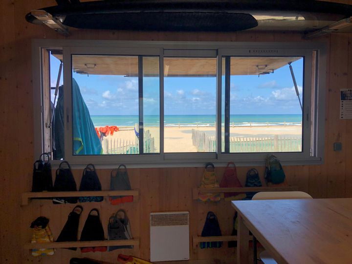 L'une des cinq cabanes de bois qui sont installées sur la plage de Vendays-Montalivet (Gironde), pour permettre aux sauveteurs de la SNSM de surveiller les deux kilomètres de littoral. (MARGAUX QUEFFELEC / RADIO FRANCE)