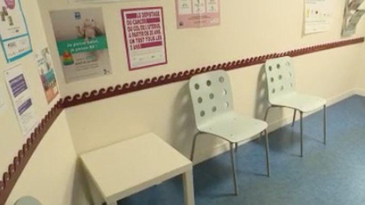 Avec la propagation du Covid-19 sur le territoire, les cabinets des médecins libéraux se sont vidés. Les patients habituels craignent d'être contaminés en s'y rendant. (FRANCE 2)